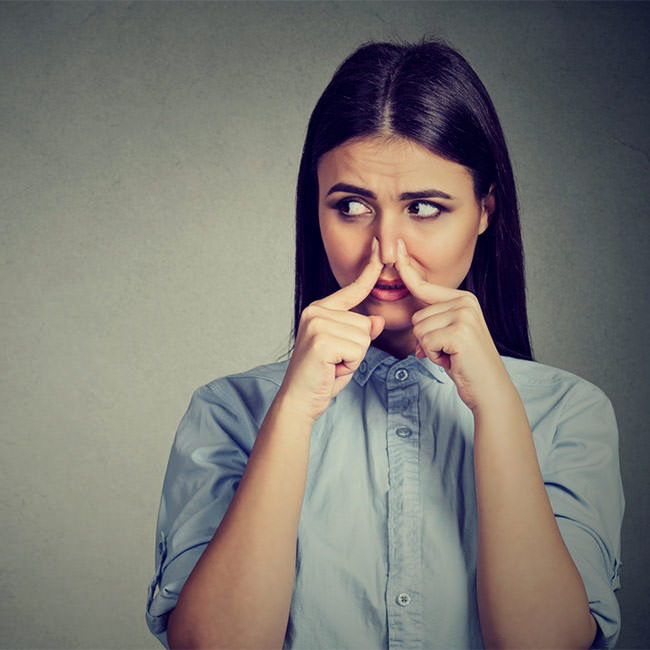 How to control bad breath in front of others?