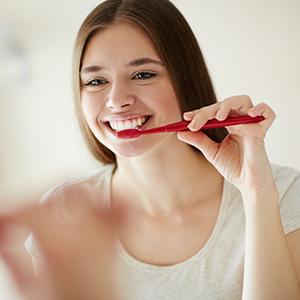 yooung-woman-brushing-her-teeth